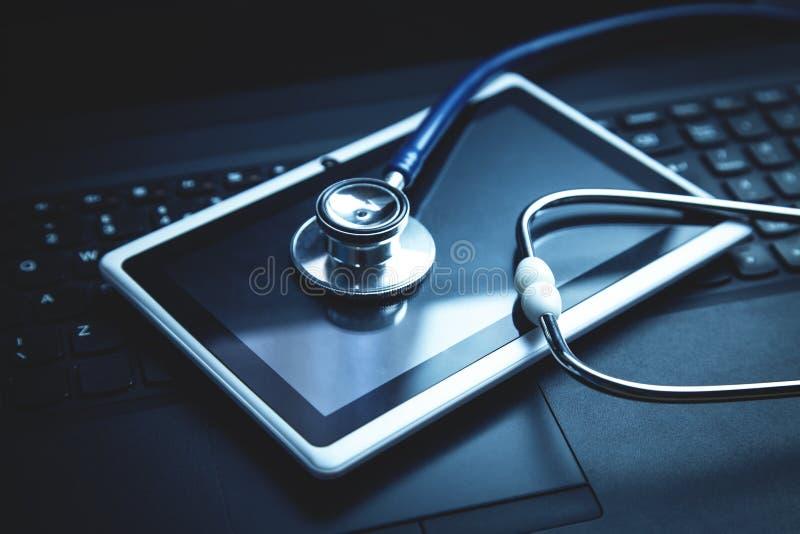 Stéthoscope avec le comprimé sur le clavier d'ordinateur portable Concept de t médical photos stock