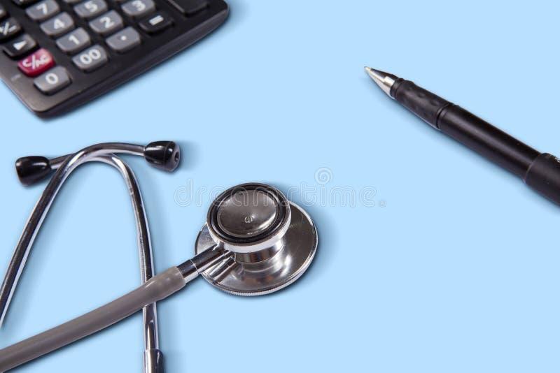 Stéthoscope avec le stylo et la calculatrice photos stock