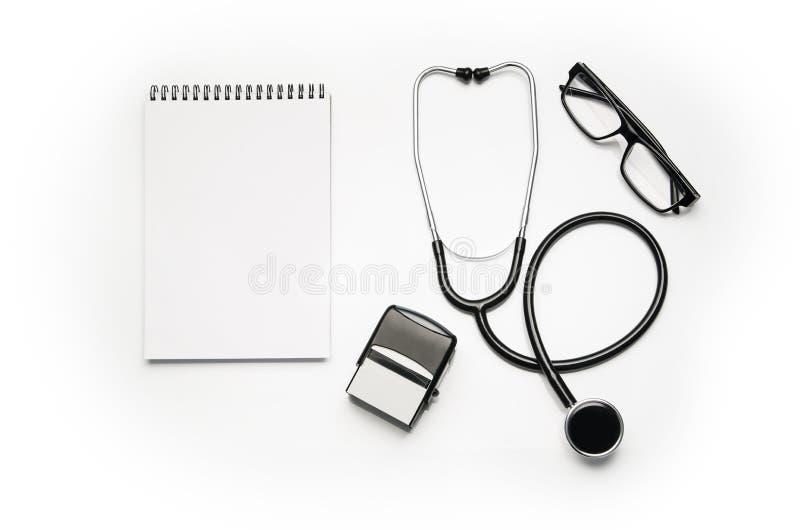 Stéthoscope d'isolement sur le fond blanc Photographie de vue supérieure images stock