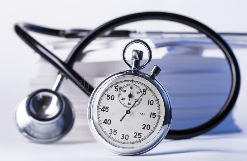 Stéthoscope et chronomètre photo stock