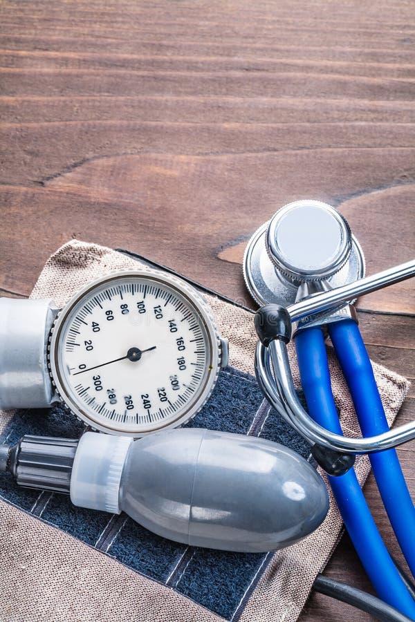Stéthoscope et moniteur de tension artérielle sur le vintage photo stock