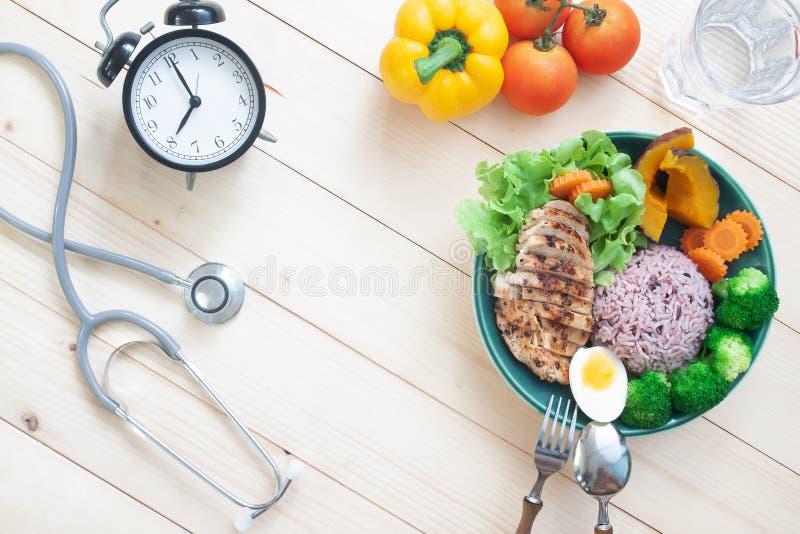 Stéthoscope et nourriture saine avec du blanc de poulet et des légumes photographie stock