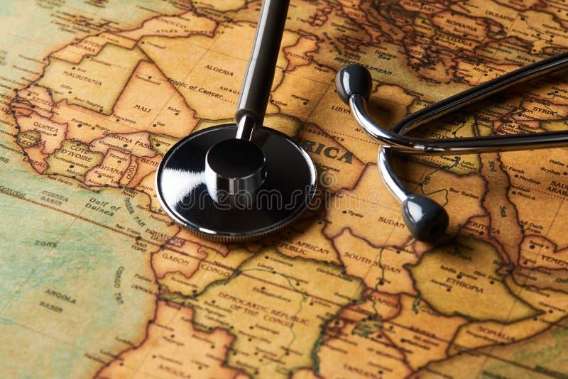 Stéthoscope médical au-dessus de healthcheck de l'Afrique carte en gros plan photos libres de droits