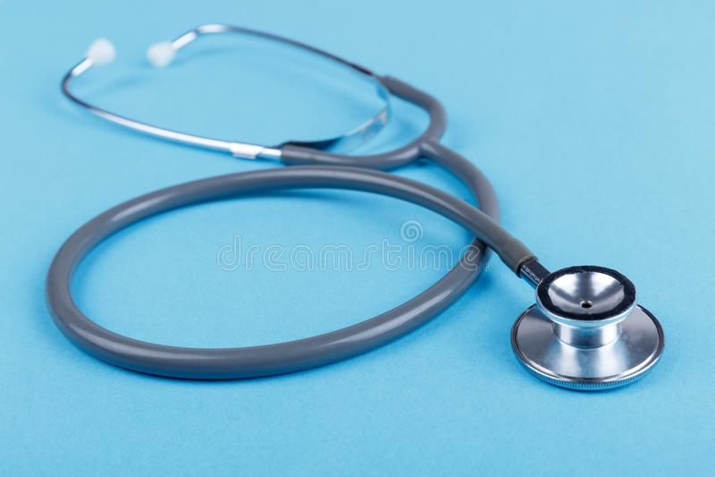 Stéthoscope médical sur un fond bleu Plan rapproché images stock