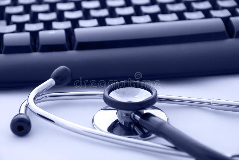 Stéthoscope par un clavier d'ordinateur photo libre de droits