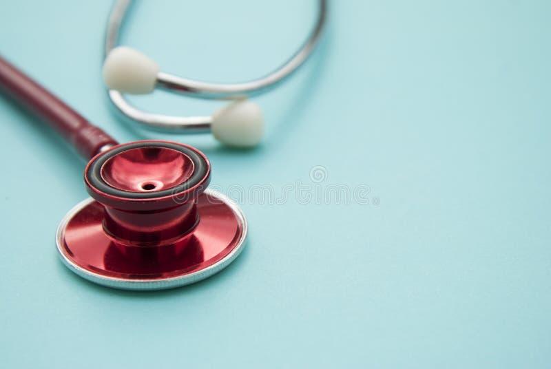 Stéthoscope rouge sur le fond bleu Fin vers le haut Médecine et soins de santé Copiez l'espace photo stock