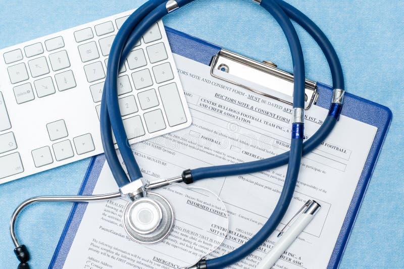 Stéthoscope s'étendant au-dessus de l'état de secours de médecins images libres de droits