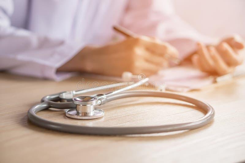Stéthoscope sur le bureau du docteur fonctionnant à un hôpital photographie stock