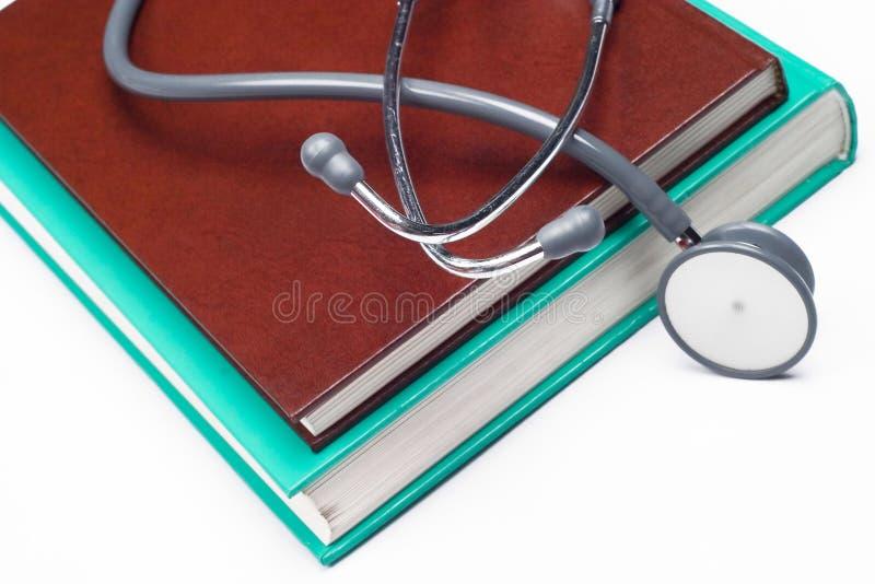 Stéthoscope sur les livres médicaux photos stock