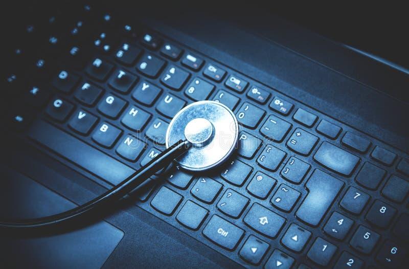 Stéthoscope sur un clavier d'ordinateur portatif photos libres de droits