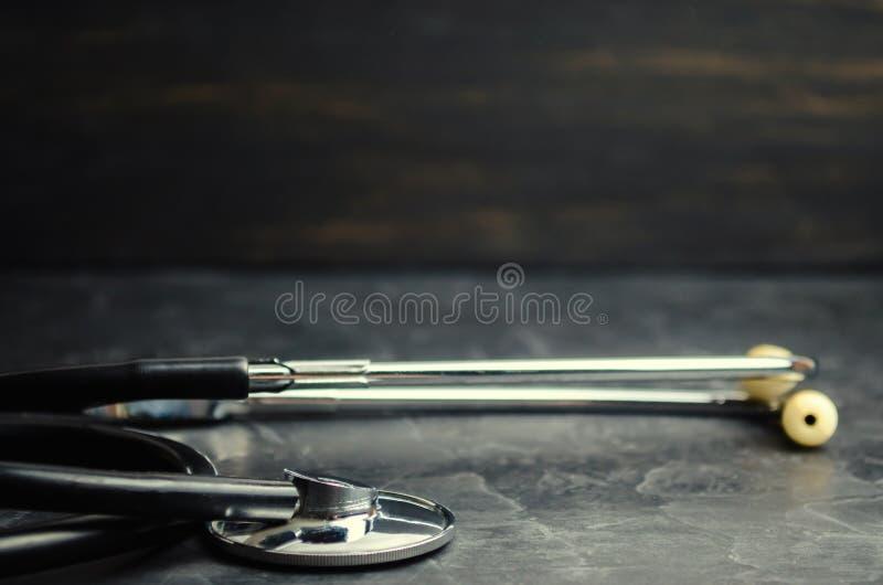 Stéthoscope sur un fond noir Concept de médecine et de soins de santé image libre de droits
