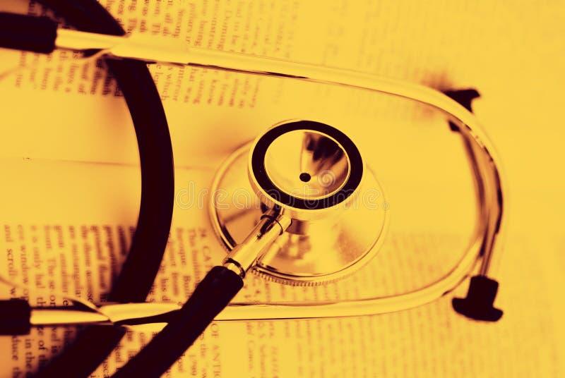 Stéthoscope sur un livre ouvert photographie stock libre de droits