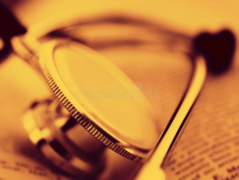 Stéthoscope sur un livre ouvert photos libres de droits