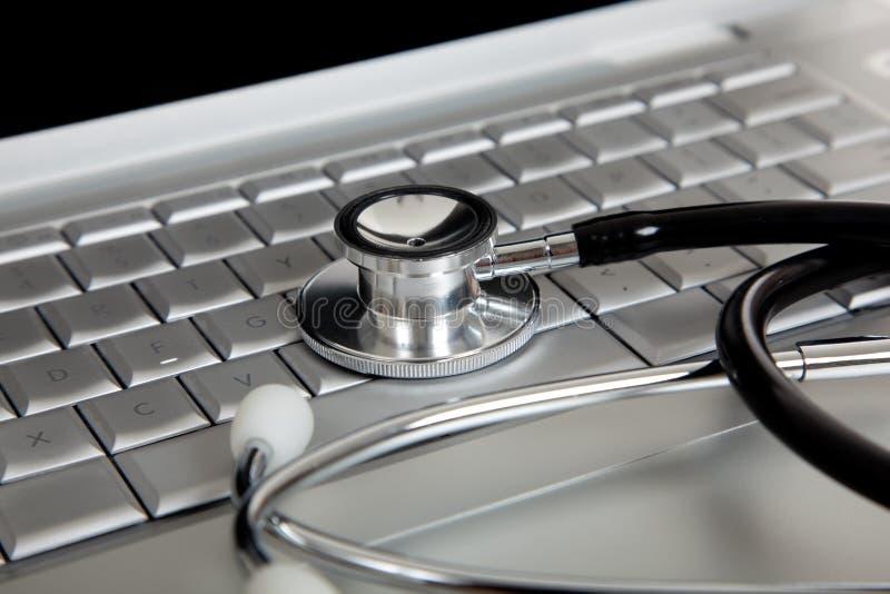 Stéthoscope sur un ordinateur portable photos stock