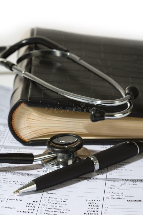 Stéthoscope, un crayon lecteur et une garniture blanc de prescription photos stock