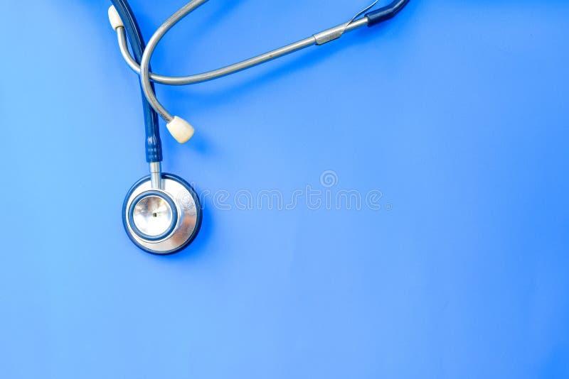 Stéthoscope utilisé accrochant au-dessus du fond bleu photos libres de droits