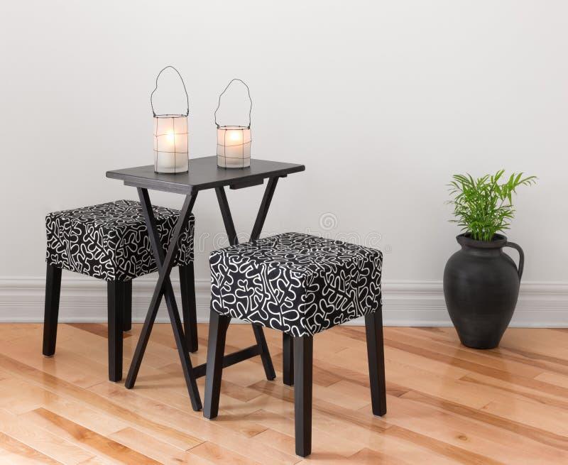Stół dla dwa dekorującego z lampionami zdjęcia royalty free