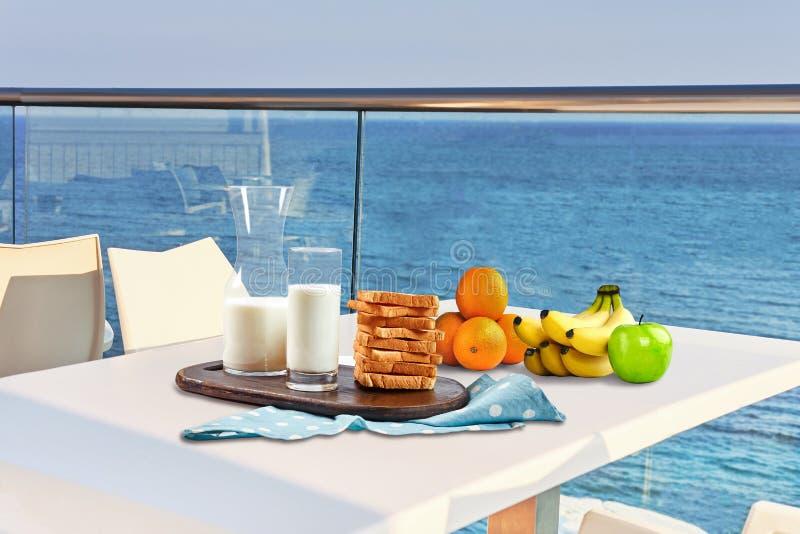 Stół dla dwa słuzyć z śniadaniem na plenerowym hotelowym balkonie z dennym widokiem zdjęcie stock