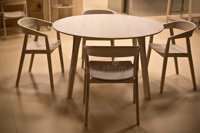 Stół drewniany i krzesła zdjęcie royalty free
