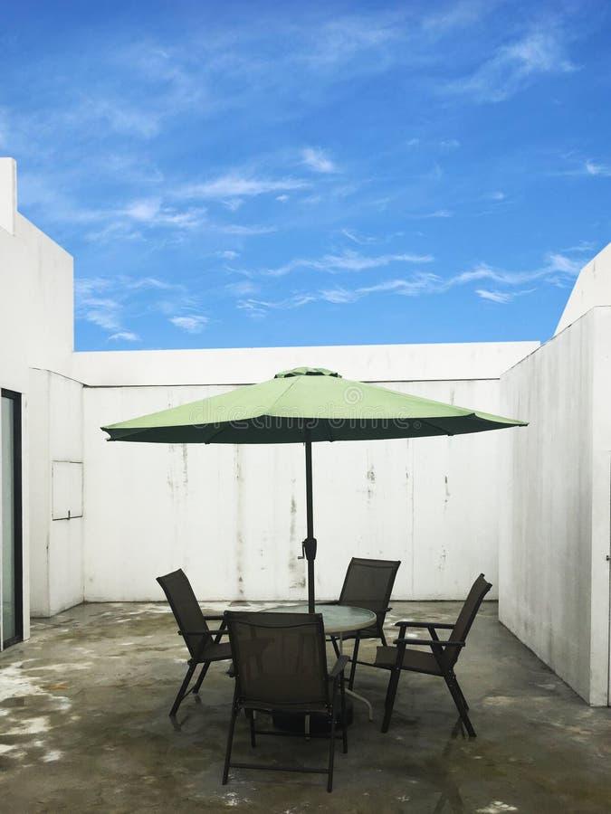 Stół i krzesła w podwórzu fotografia stock