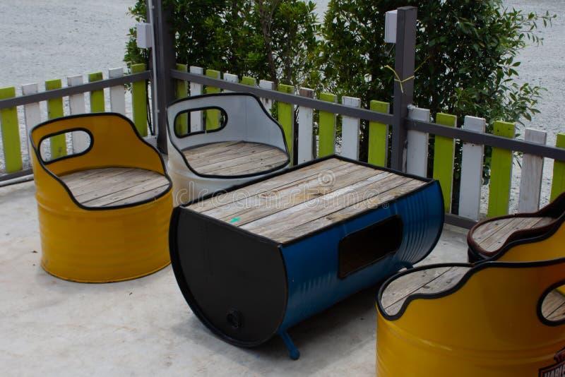 Stół i krzesło robić od nafcianego zbiornika zdjęcia stock