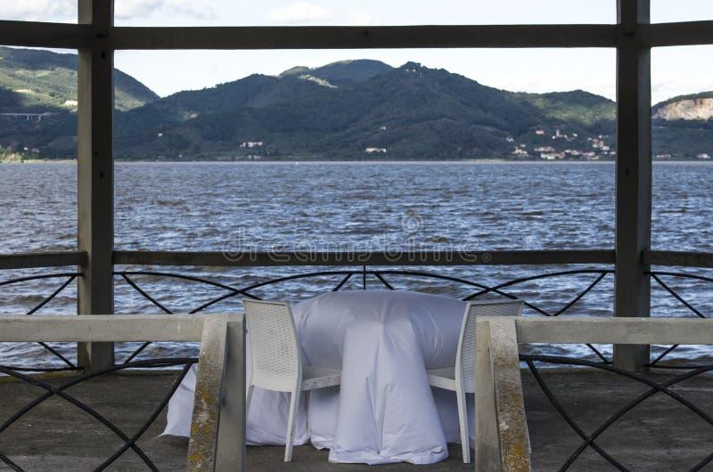 Stół jeziorem zdjęcia royalty free