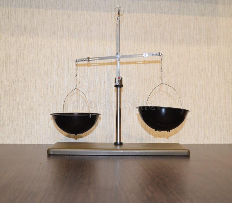 St?? skale z pucharami dla chemii lekcji i r??norodnych eksperyment?w obraz royalty free