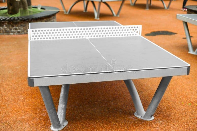 Stół - Stołowy tenis - śwista pong w plenerowym zdjęcia stock