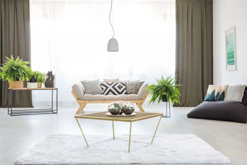 Stół w jaskrawym żywym pokoju zdjęcia stock