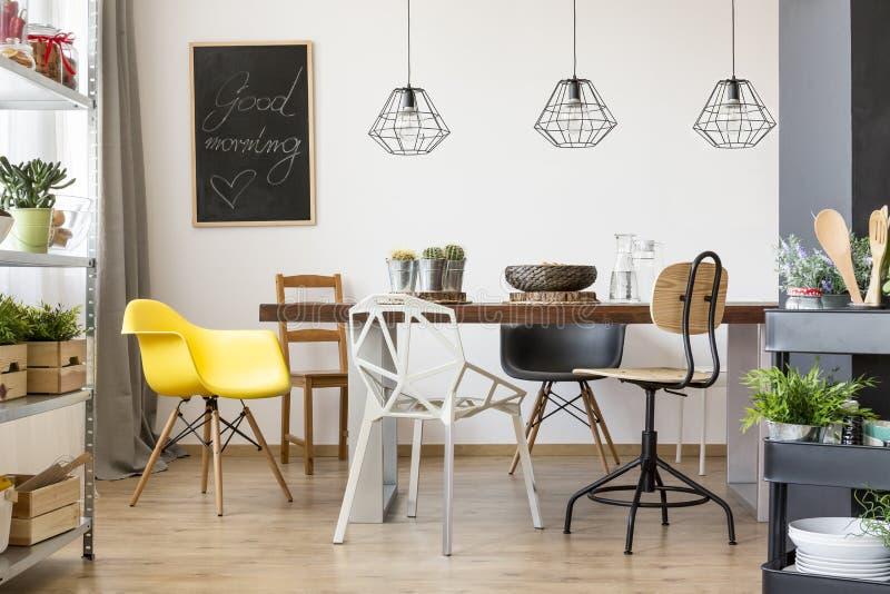 Stół w przestronnej jadalni zdjęcie stock