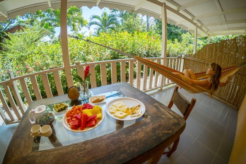 Stół z śniadaniem i owoc zdjęcie royalty free