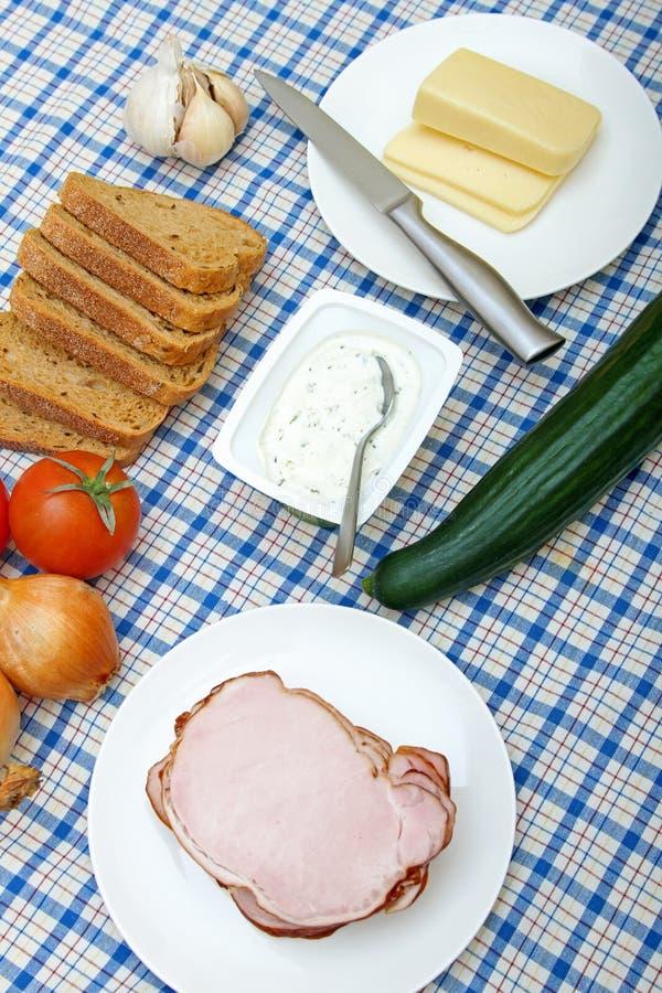 Stół z świeżymi warzywami, mięsem, serem i chlebem, obrazy royalty free