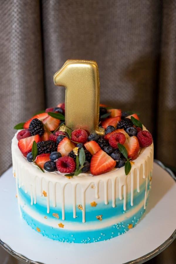 Stół z cukierkami, jagoda tort 1 rok, cukierku bar, Wyśmienicie cukierki na cukierku bufecie, tort z świeże jagody, dzieci zdjęcie stock