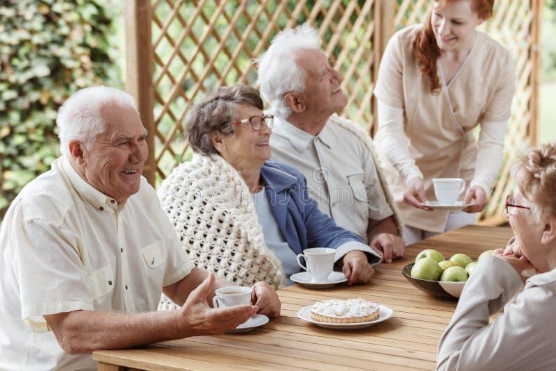 Stół z kulebiakiem i filiżankami zdjęcia royalty free