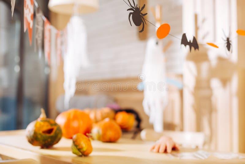 Stół z papierowymi dekoracjami i jaskrawymi baniami kłama na nim przygotowywającym dla Halloween zdjęcie royalty free