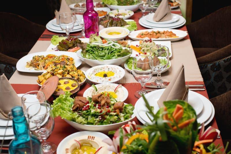 Stół z różnorodnym arabskim jedzeniem słuzyć zdjęcia royalty free