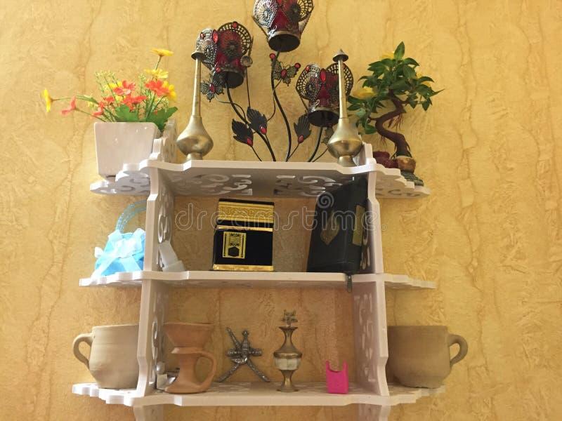 Stół z sztucznymi kwiatami obrazy stock