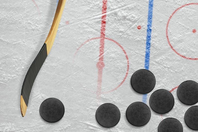 Stöcke, Kobolde und Hockeyfeld mit Markierungen lizenzfreie stockfotos