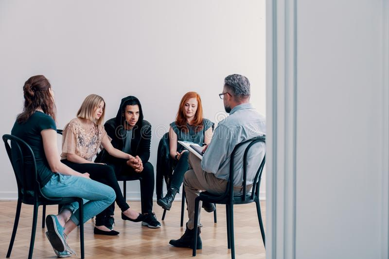 Stödgruppsammanträde i en cirkel och samtal till en psykiater royaltyfri fotografi