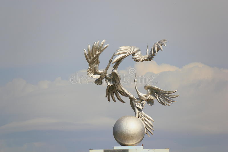 Störche auf dem Bogen in Taschkent stockbild