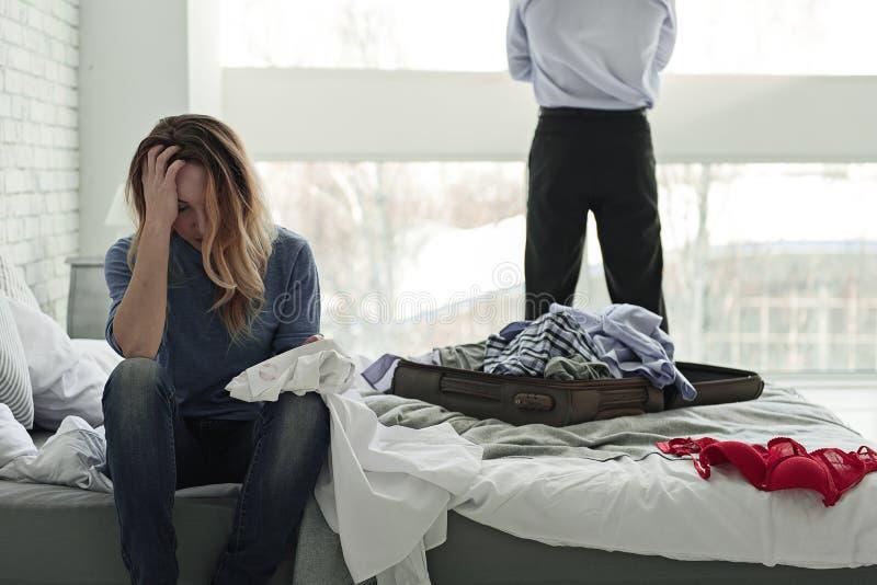 Stören Sie total die weibliche Person, die auf Bett sitzt stockbild
