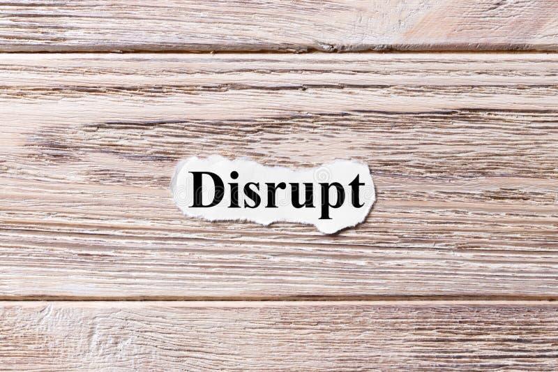 STÖREN Sie vom Wort auf Papier Konzept Wörter von DISRUPT auf einem hölzernen Hintergrund lizenzfreie stockfotos