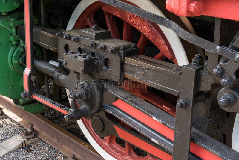 Större detaljer på den gamla ångalokomotivet Tunga järndelar Lokomotiv i delar Närbild fotografering för bildbyråer