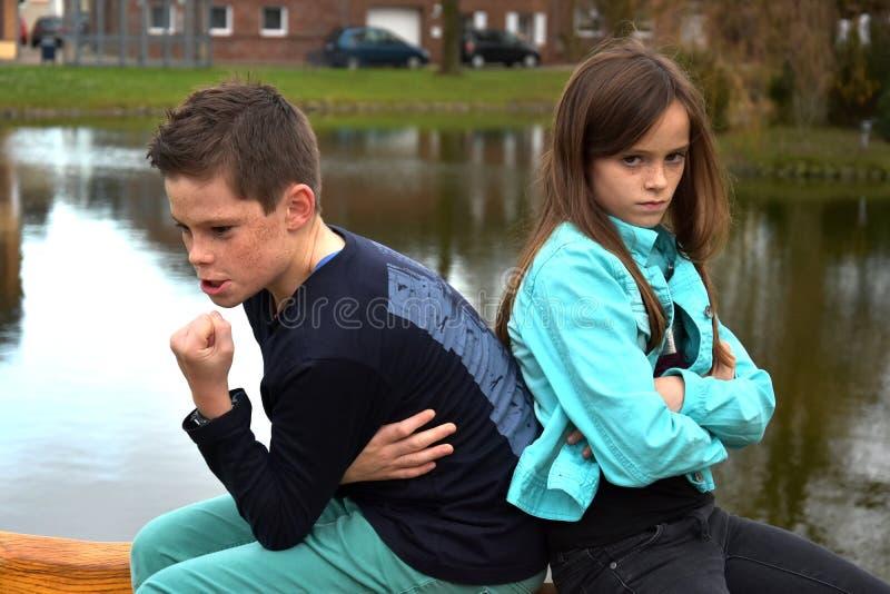 Störrische Geschwister stockbild