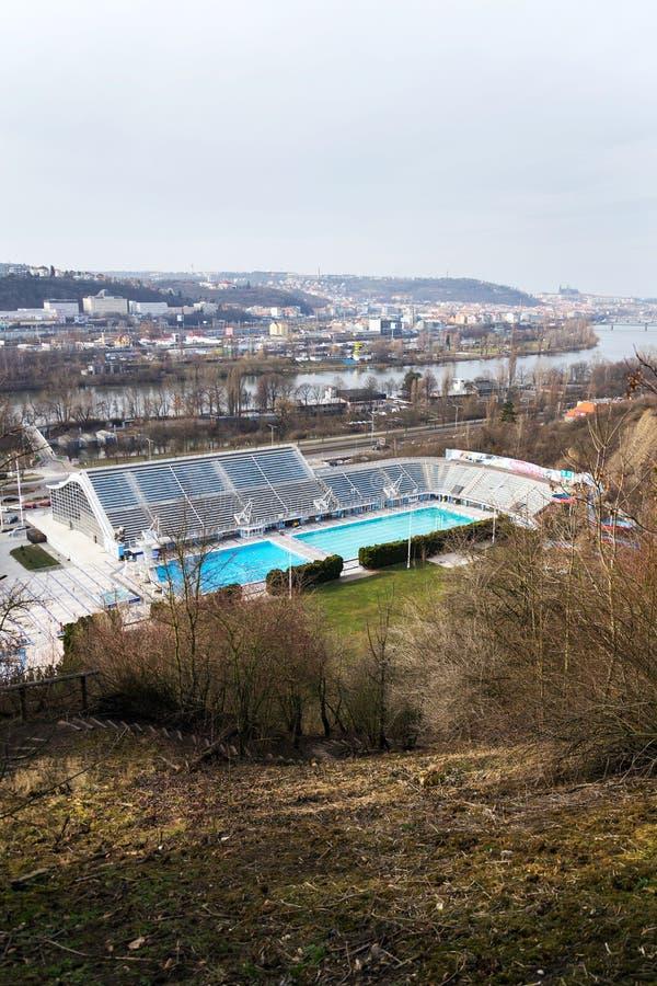 Störst simma komplex med inomhus och utomhus- tips, kälkevattenglidbana och dykatorn med den Vltava floden i bakgrund arkivfoto