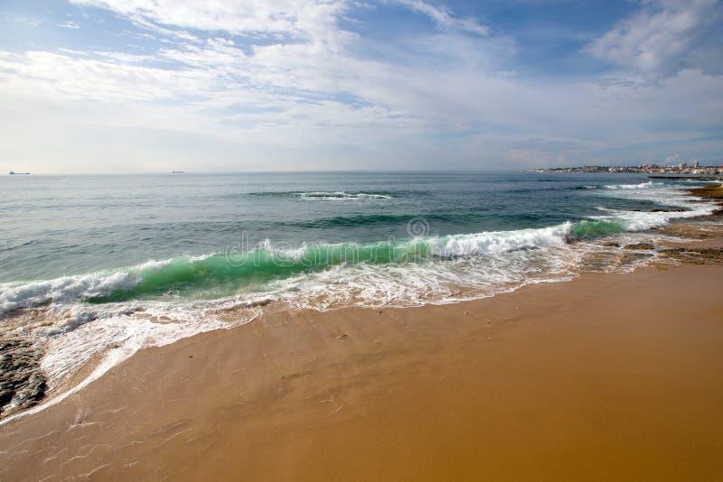 Stört hav på stranden Estoril portugal royaltyfri fotografi