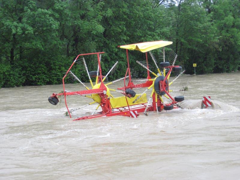 Störtflod. Naturkatastrof. Stängd skövlad väg arkivfoton
