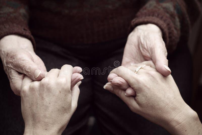 Stötta och hjälp elderly#3en arkivfoto