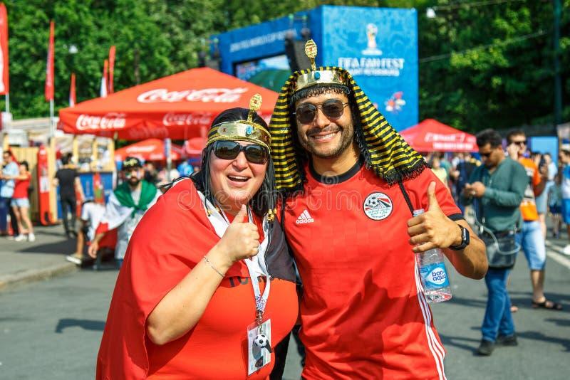Stöttande fans av Egypten den nationella fotbollslagFIFA världscupen i Ryssland fotografering för bildbyråer
