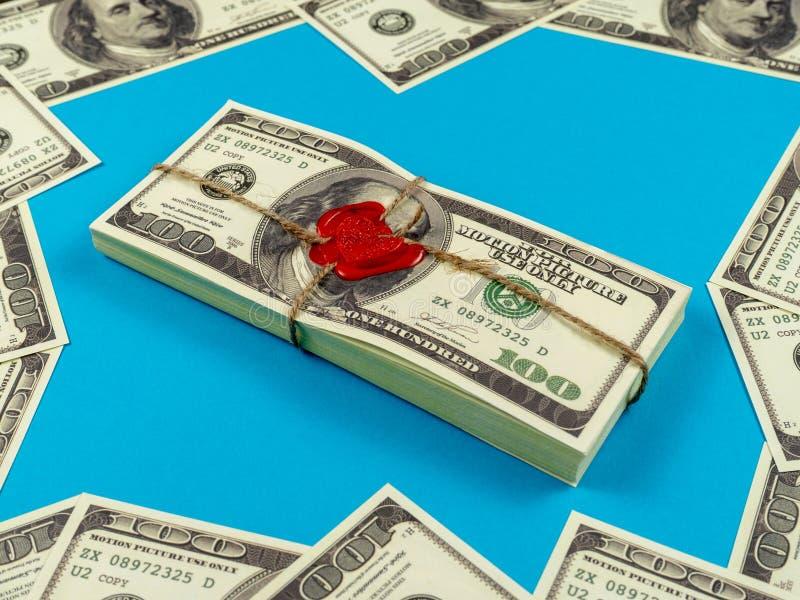 Stöttapengardollar Gammal stil för fullt tryck dollar f?r 100 bills Förseglad tegelsten med lacket och repet royaltyfria bilder